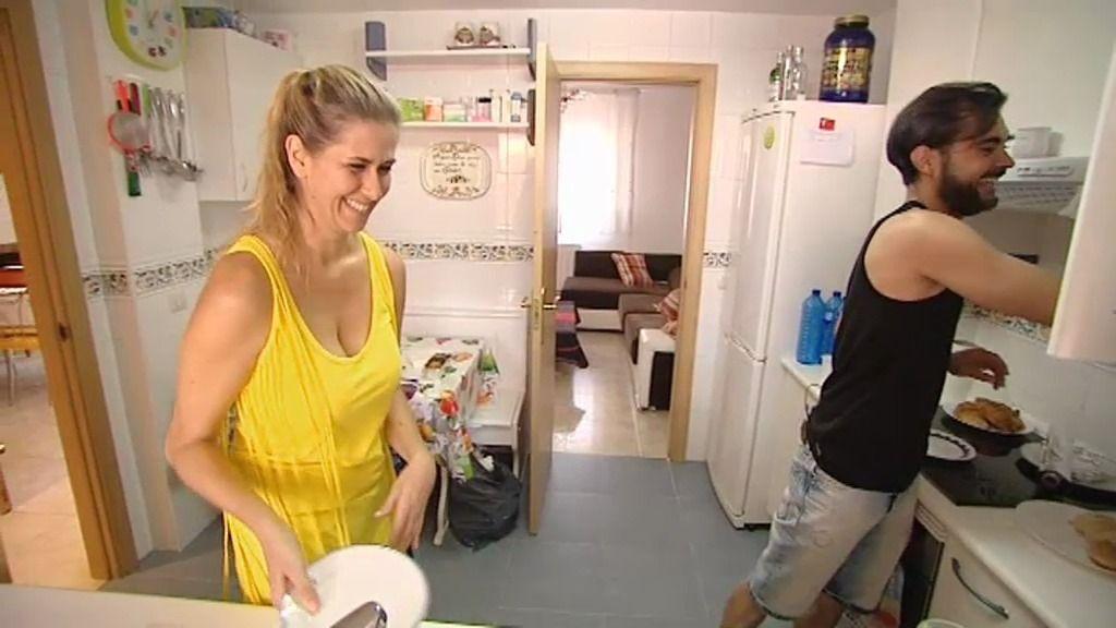 La cita de David y Ana: limpiar la cocina