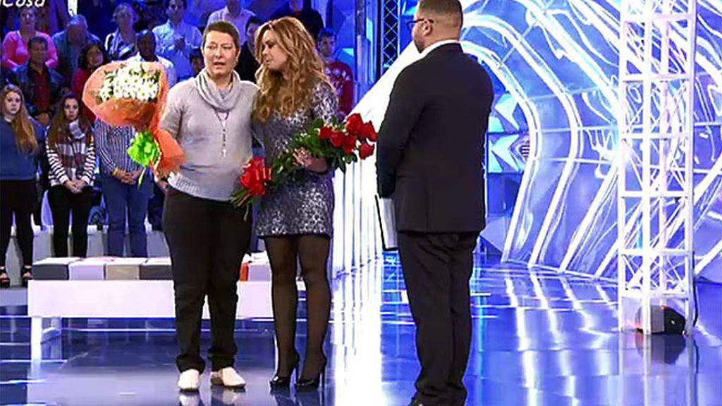 Un abrazo y dos ramos de flores para darle gracias a Mª José Campanario