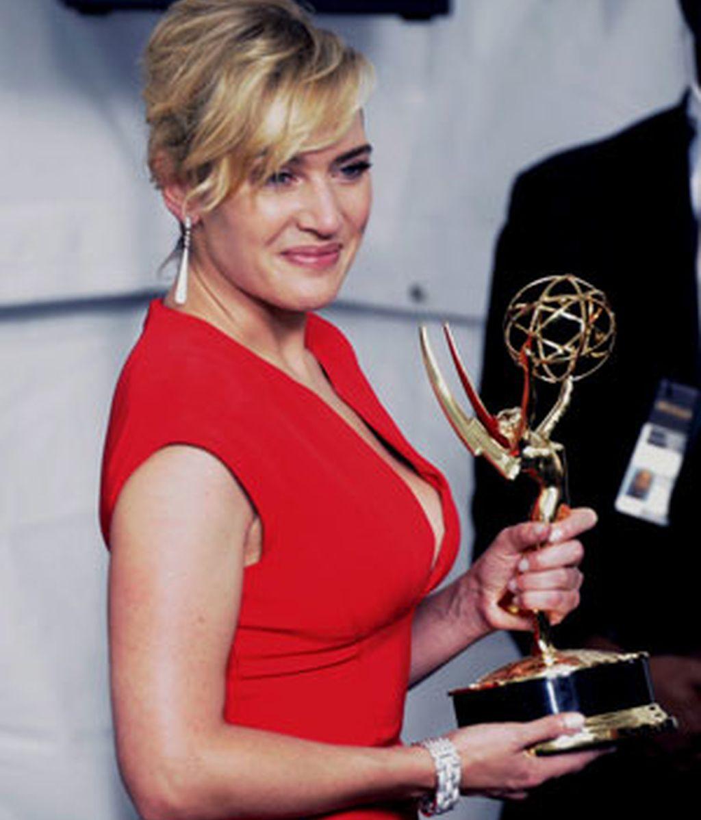 Kate Winslet posa con su galardón a mejor actriz Foto: EFE