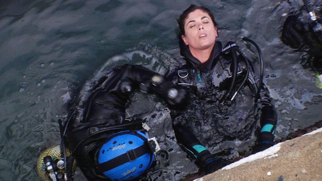 Samanta acompaña a los buzos en la inspección debajo de un transatlántico