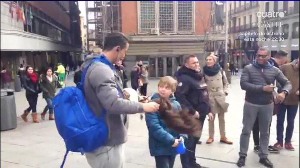 Cristiano Ronaldo se disfraza de mendigo y sorprende a un niño en el centro de Madrid