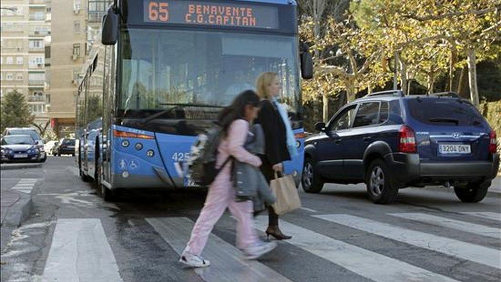 Paso de cebra donde hoy ha muerto atropellada por un autobús de la EMT, en el barrio madrileño de Batán, una niña de dos años y medio que supuestamente salió a la calzada después de soltarse de la mano de su madre. EFE