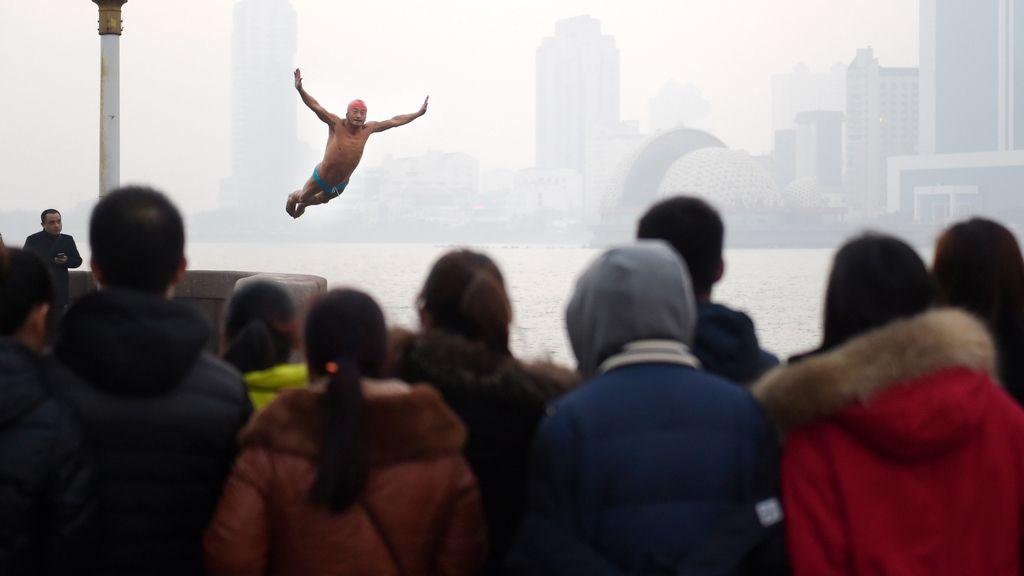 Un hombre se lanza al agua para celebrar el año nuevo en Qindao