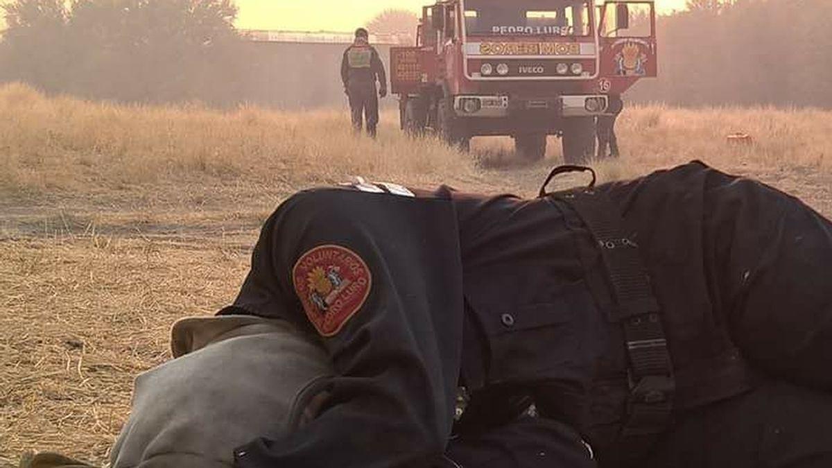 La foto de una bombero exhausta conmueve las redes
