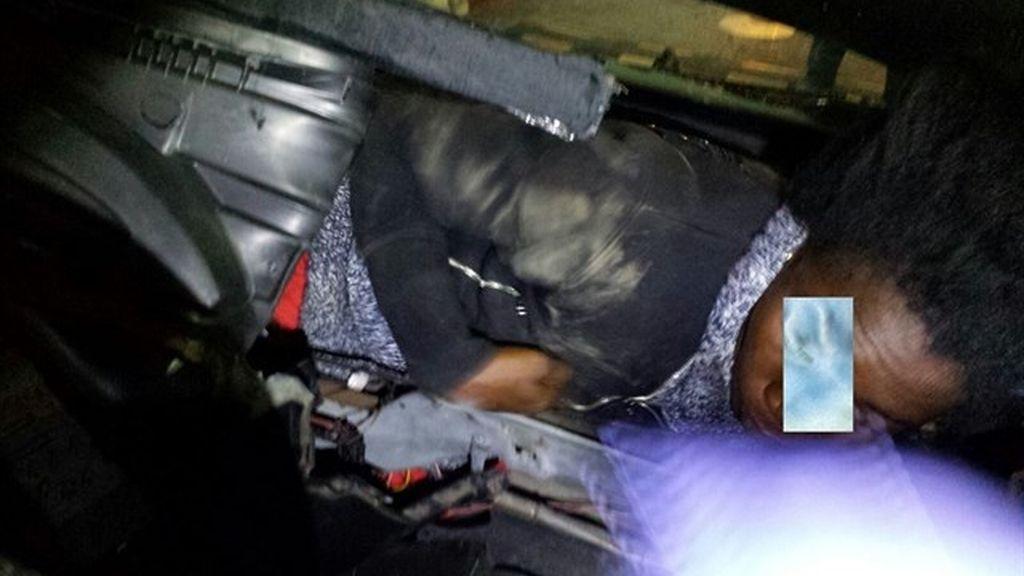 Rescatados en la frontera de Ceuta dos migrantes de dobles fondos en un coche robado