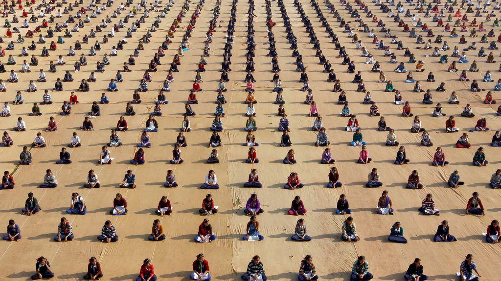 Masiva sesión de yoga en India