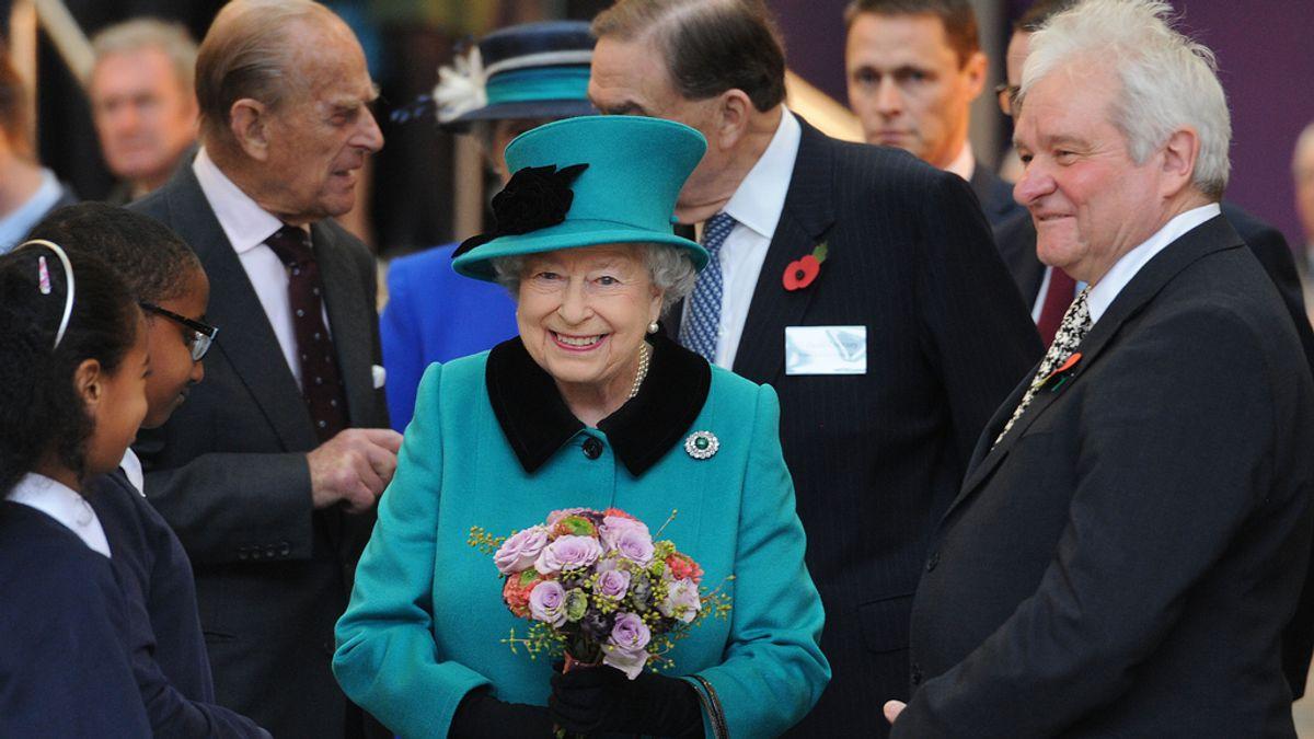 La reina de Inglaterra estuvo a punto de ser disparada por un guardia del Buckingham Palace