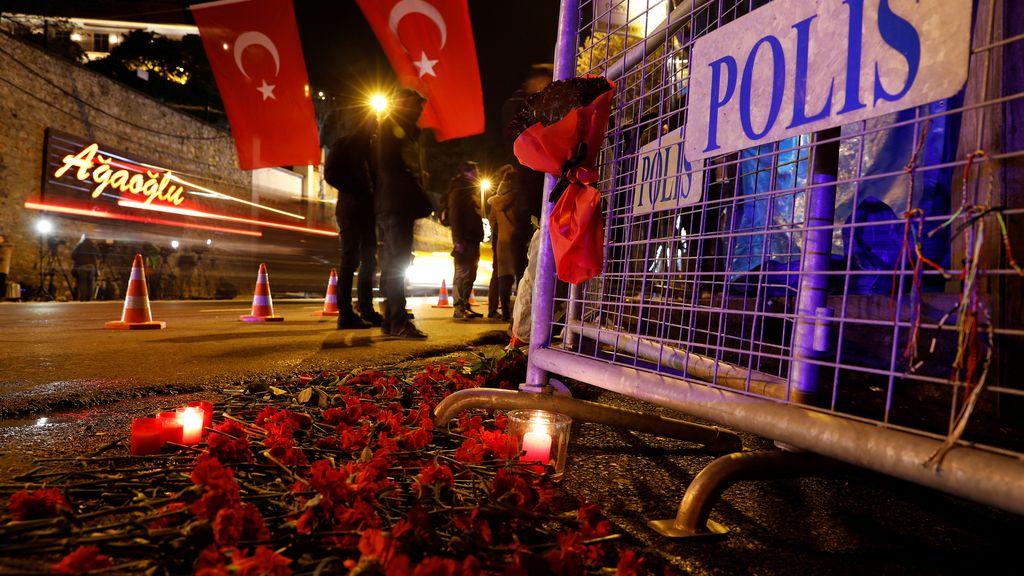 Flores y velas por las víctimas de Estambul