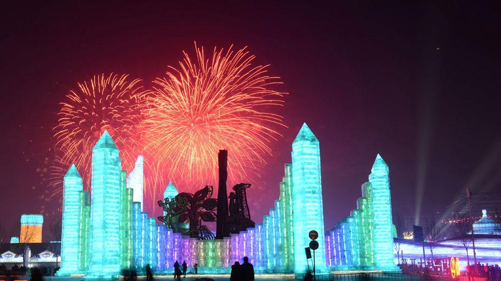 Fuegos artificiales en el Festival Internacional de Escultura de Hielo y Nieve de Harbin