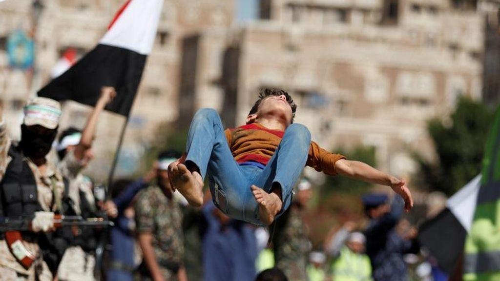 Bailando en el desfile de los combatientes de Yemen