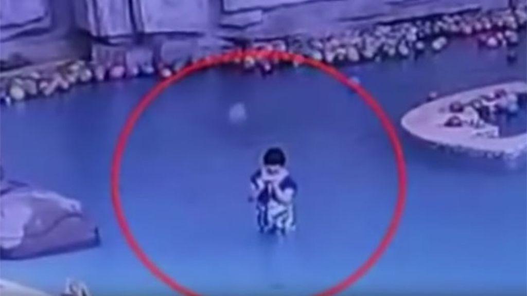 Un niño de 4 años se ahoga en la piscina mientras su madre miraba el móvil