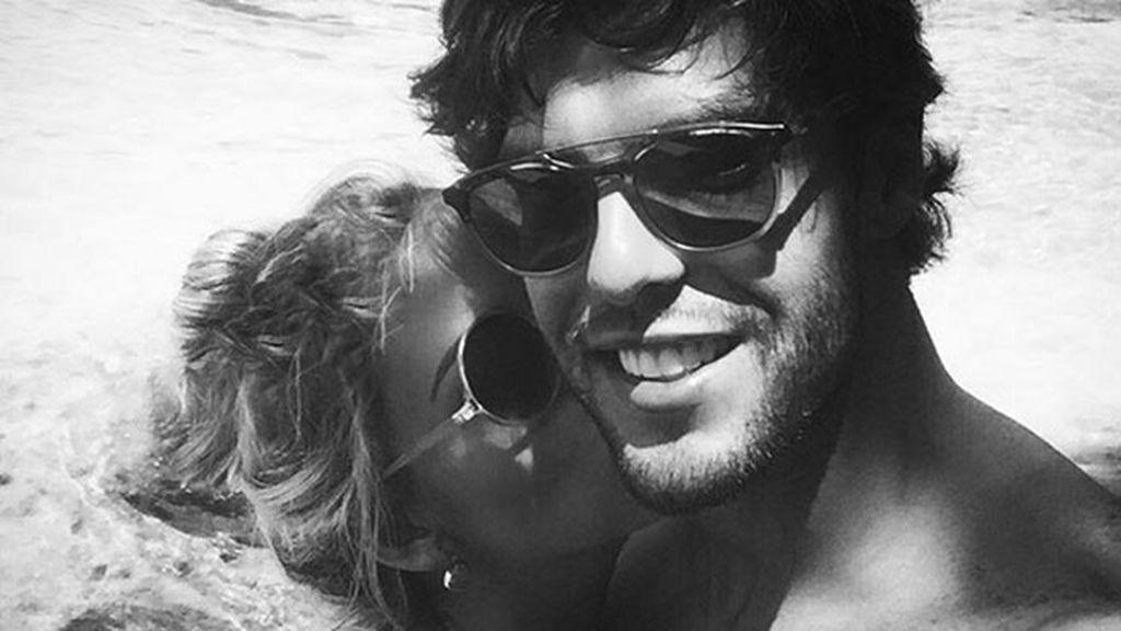"""Foto-beso en blanco y negro: """"Mejor que un sueño"""", escribe Carolina"""