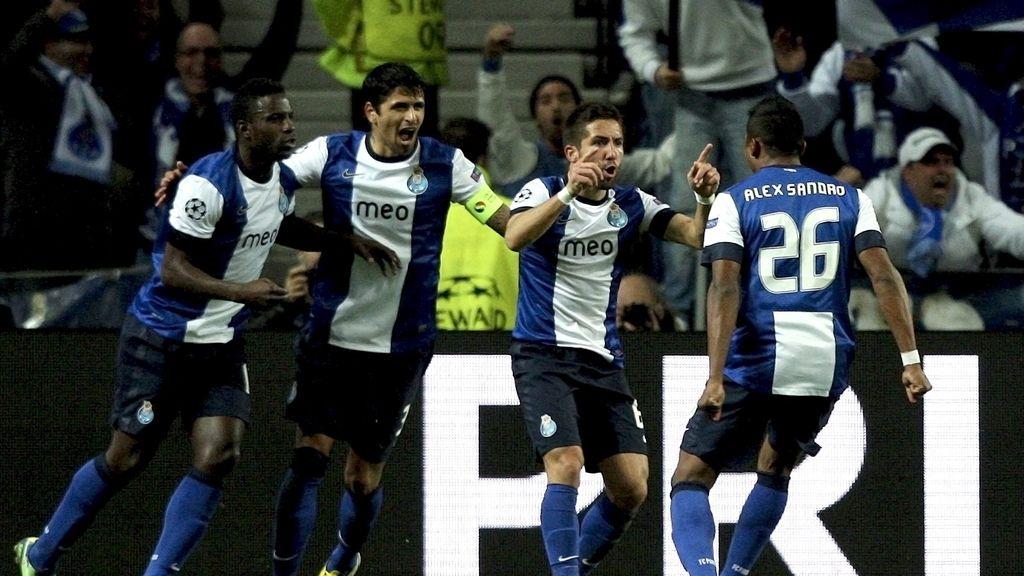 El centrocampista portugués del Oporto, Joao Moutinho (2d) celebra con sus compañeros su tanto ante el Málaga