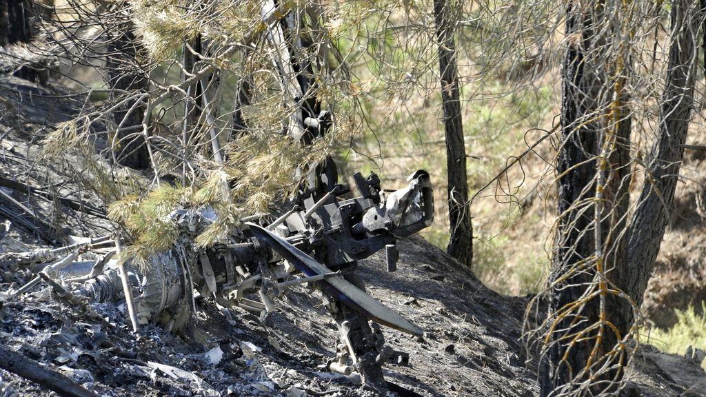 Restos del helicóptero siniestrado en el que han muerto tres personas en el término municipal de La Peza (Granada).