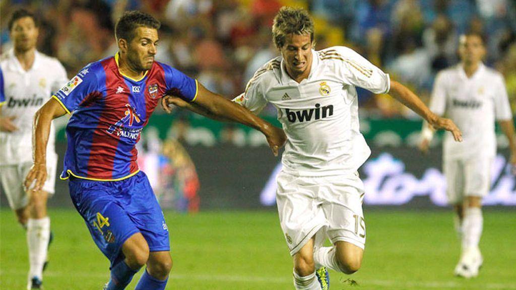 Ceontrao disputa un balón con el defensa del Levante Xavi Torres