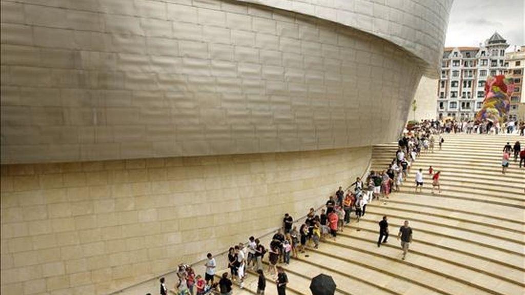 Varios turistas hacen cola en el Museo Guggenheim de Bilbao. EFE/Archivo