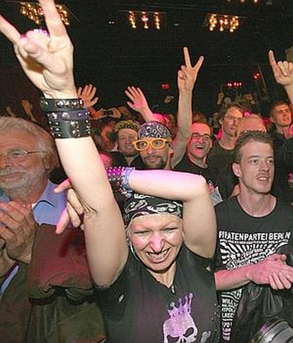 Simpatizantes del Partido Pirata celebran el resultado en las calles de Berlín.