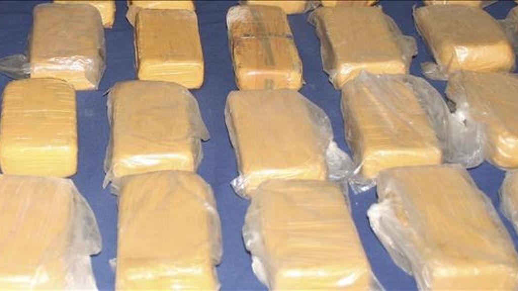 Según la cadena Telecentro, en la última semana la policía se incautó de 28 kilos de la droga en el aeropuerto de Guayaquil (capital de Guayas) y en diversas oficinas de correo postal, donde se detectó cocaína en sobres, papeles e incluso sacos de fríjoles. EFE/Archivo