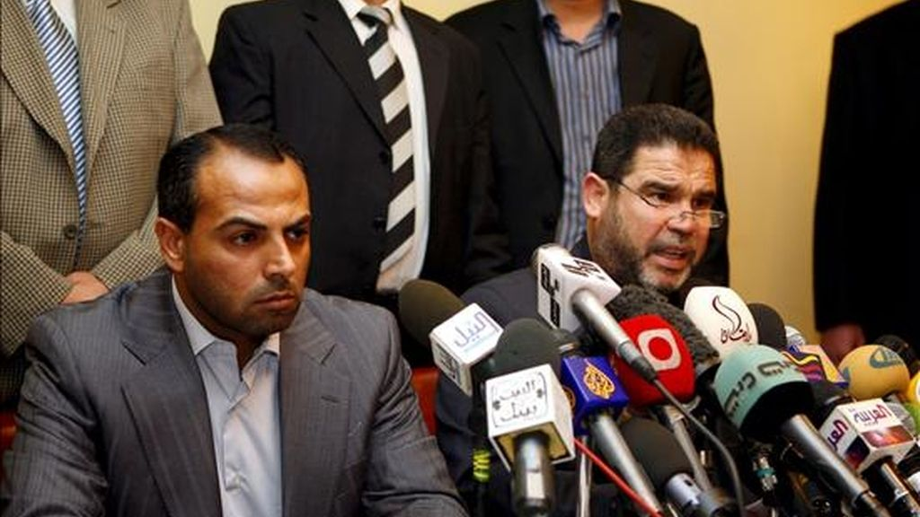 Los miembros de Hamás, Salah Al Bardawel, (d), y Ayman Taha, (i), durante una rueda de prensa en El Cairo, Egipto, el pasado 14 de enero, tras las conversaciones con miembros del servicio de inteligencia egipcio. EFE/Archivo
