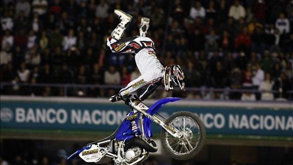 El motociclista Jeremy Lusk, sufrió el accidente en el estadio 'Ricardo Saprissa', de San José, cuando al intentar realizar un truco llamado 'Back flip', es decir, un giro hacia atrás, no logró aterrizar apropiadamente su motocicleta. EFE/Archivo