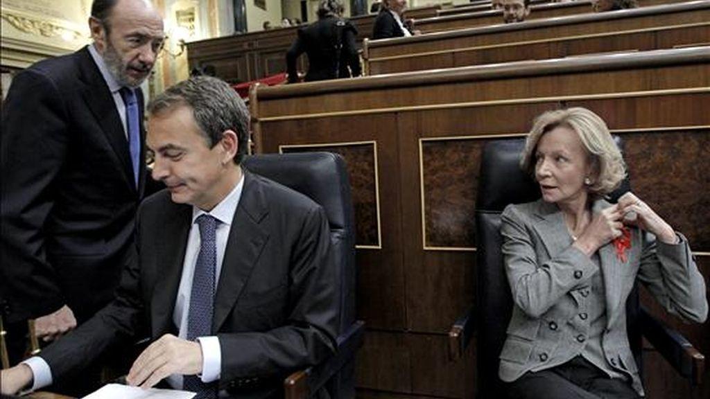El presidente del Gobierno, José Luis Rodríguez Zapatero (c), durante la sesión de control al Ejecutivo celebrada hoy en el Congreso de los Diputados. A su lado, el vicepresidente primero del Gobierno y ministro del Interior, Alfredo Pérez Rubalcaba (i) y la vicepresidenta ecoómica, Elena Salgado. EFE