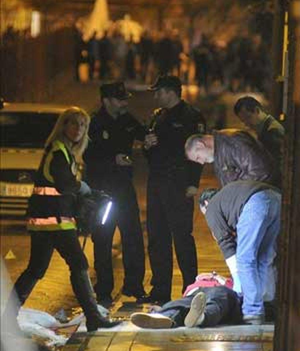 Un hombre de 43 años, con iniciales J.M.R.M., ha muerto hoy en una calle de Granada capital después de que un varón le disparase en la parte posterior de la cabeza para después darse a la fuga. Foto: EFE