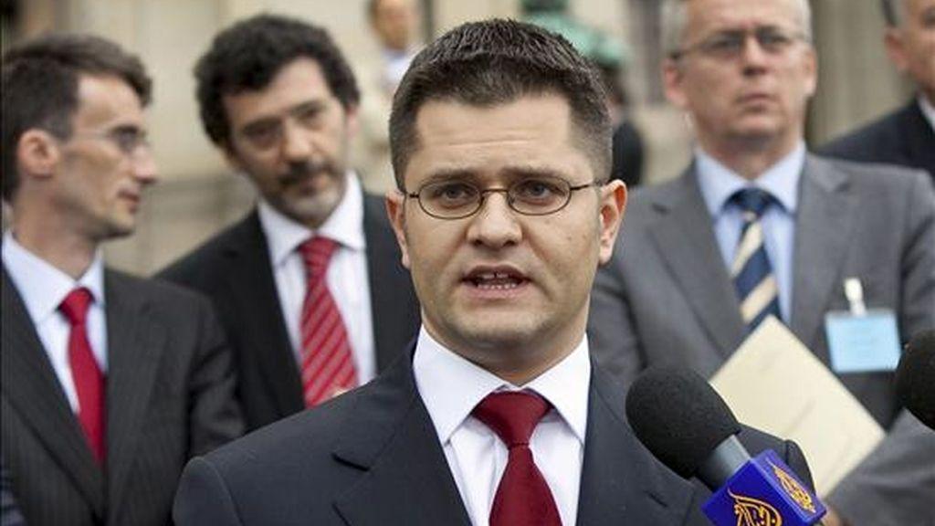 El el ministro de Exteriores serbio, Vuk Jeremic, (c), con los medios de comunicación en La Haya, (Holanda), el pasado 22 de julio tras conocer la decisión no vinculante de la Corte Internacional de Justicia sobre la legalidad de la independencia kosovar. EFE/Archivo