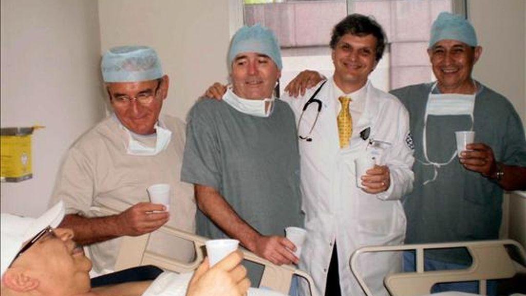 El presidente de Paraguay, Fernando Lugo, brinda con un grupo de médicos paraguayos y brasileños en el hospital Sirio Libanés, de Sao Paulo, Brasil, tras someterse a la sexta y última sesión de quimioterapia contra el cáncer linfático que padece. EFE