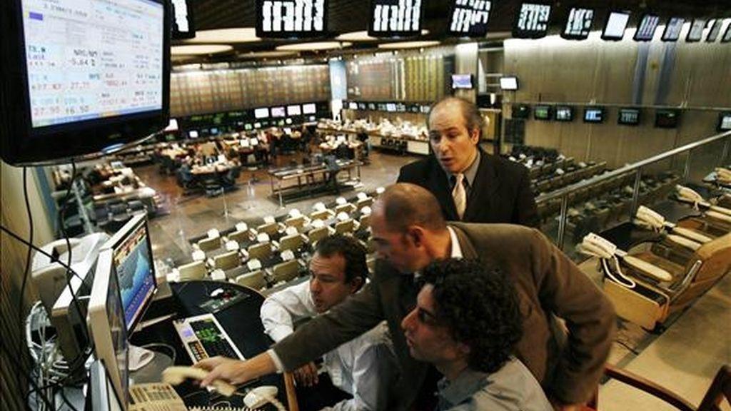 Buenos Aires, que registró la mayor apreciación de la jornada con una subida del 2,57%, ubicó a su índice Merval en las 3.283,42 unidades, en un día en el que se cambiaron papeles por 137,1 millones de pesos (34,2 millones de dólares). EFE/Archivo
