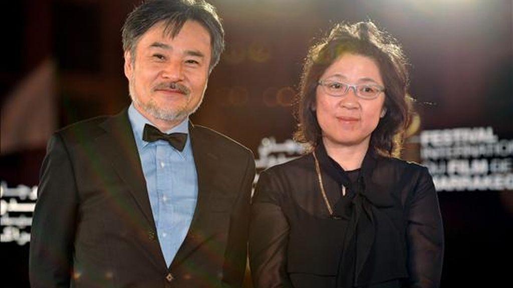 El director japonés de cine Kiyoshi Kurosawa y su esposa posan a su llegada a la 10 edición del festival de cine de Marraquech en la ciudad del mismo nombre en Marruecos. EFE