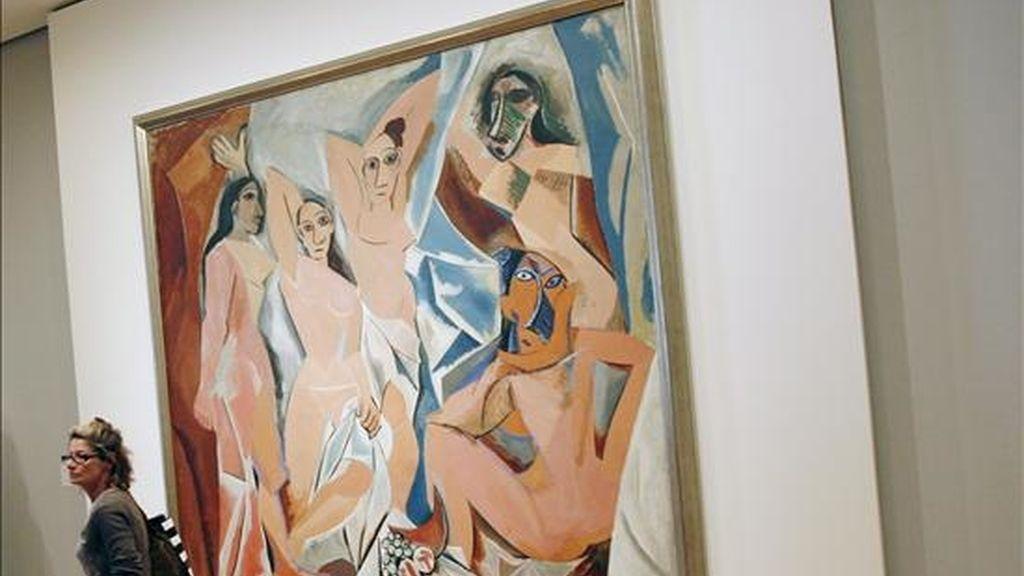 """Una mujer pasa frente a """"Las señoritas de Avignon"""", obra que muestra a cinco mujeres desnudas, posiblemente prostitutas, a las que el pintor español Pablo Picasso (1881-1973) retrató en 1907. EFE/Archivo"""