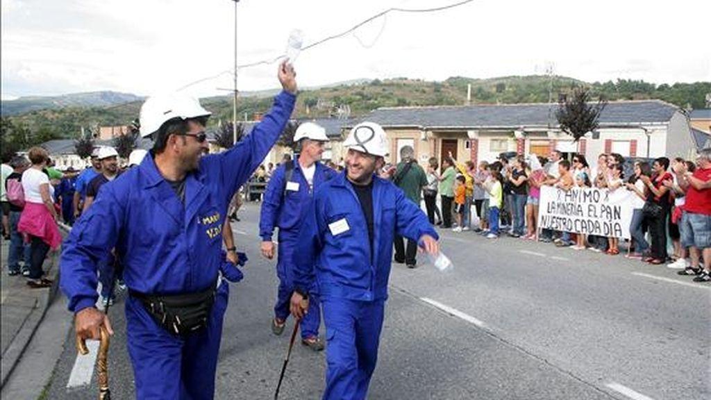 """Un momento de la """"marcha negra"""" de mineros, que se inició en el municipio leonés de Villablino, a su llegada a Toreno. EFE"""