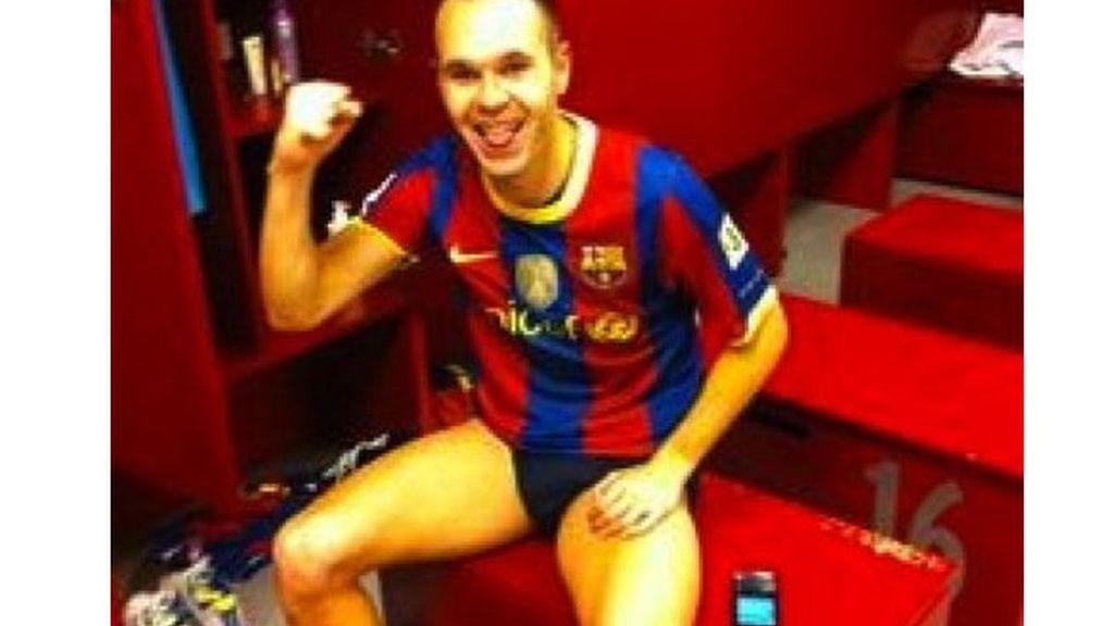 Andrés Iniesta, en su taquilla del vestuario azulgrana, feliz por la victoria de su equipo.