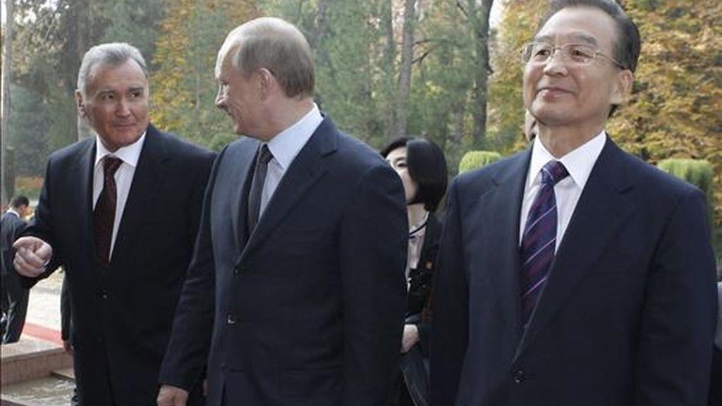 El primer ministro tayiko, Akil Akilov (izda), el primer ministro ruso, Vladimir Putin (centro) y el primer ministro chino, Wen Jiabao (dcha), el primer ministro ruso, Vladimir putin (centro) y el presidente tayiko, Emomalí Rajmón (dcha), a su llegada a la residencia presidencial en Dushbane (Tayikistán) hoy, para asistir al Consejo de gobiernos de la Organización de Cooperación de Shanghai. EFE