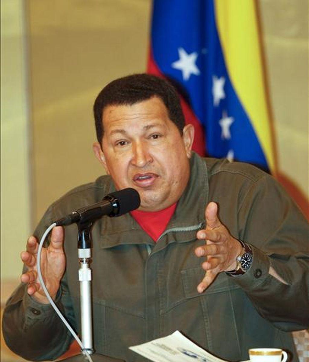 El presidente de Venezuela, Hugo Chávez, atiende a los medios durante la rueda de prensa ofrecida en Tokio (Japón), hoy 7 de abril. Chavez ha realizado una visita de tres días a Japón y ha viajado a China. EFE/Dai Kurokawa