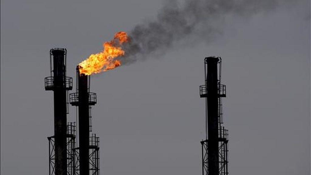 Chimeneas en la refinería de gas y petróleo de Brazi, Rumanía. EFE/Archivo