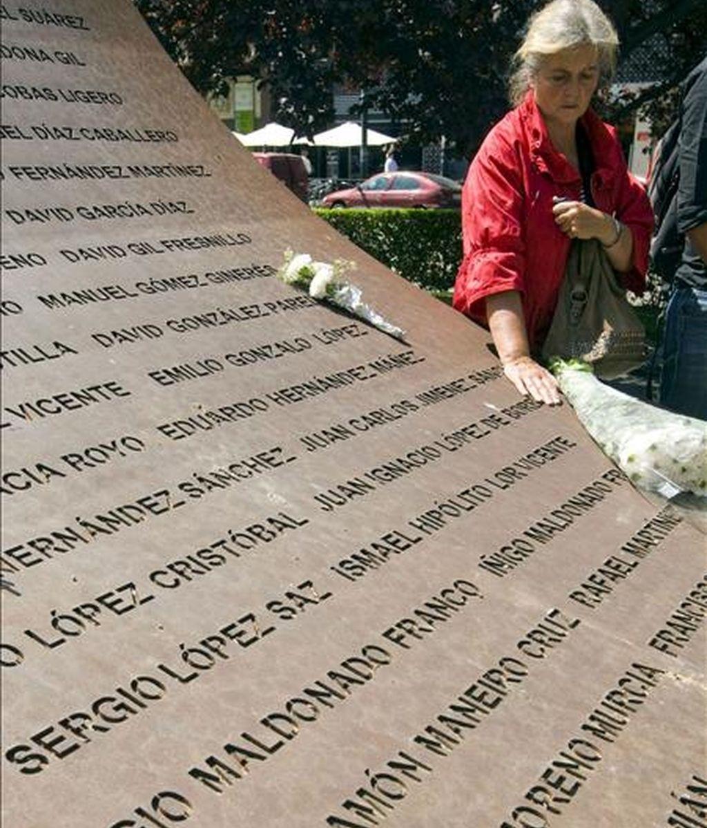 La madre de uno de los 62 militares muertos en el accidente del avión Yak-42 en Trebisonda (Turquía) toca el nombre de su hijo inscrito en el monumento conmemorativo de la tragedia erigido en Zaragoza. EFE/Archivo