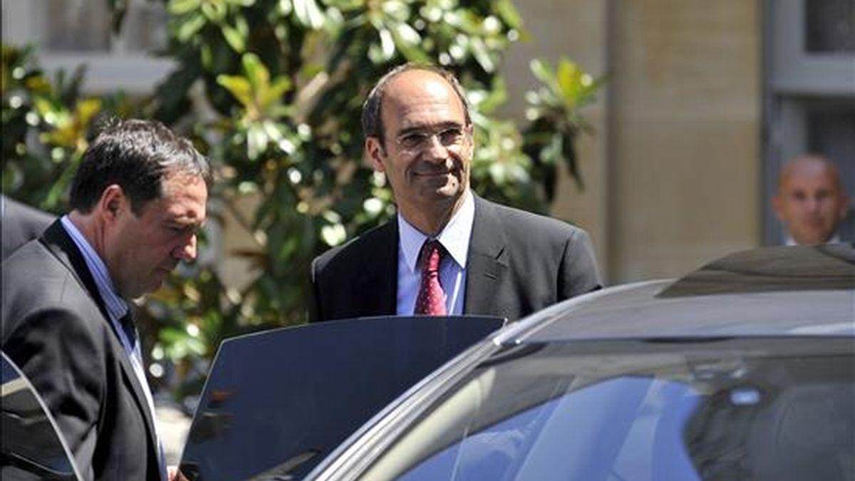 El ministro francés de Trabajo, Eric Woerth, (c), sale del Hôtel Matignon (sede del Gobierno) en París, (Francia) el pasado7 de julio. EFE/Archivo