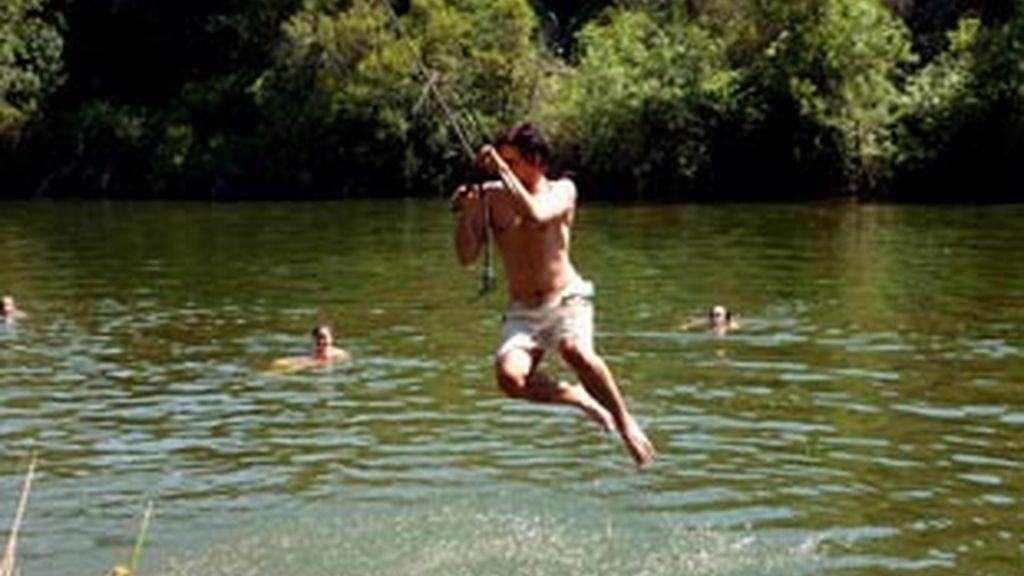 Un joven se refresca en el Río Bullaque, en Ciudad Real. Foto: EFE
