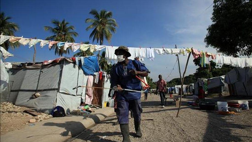 Un miembro del personal de salud pública de Haití fumiga con cloro un campamento de Carrefour este 27 de noviembre en Puerto Príncipe, Haití. EFE/Archivo