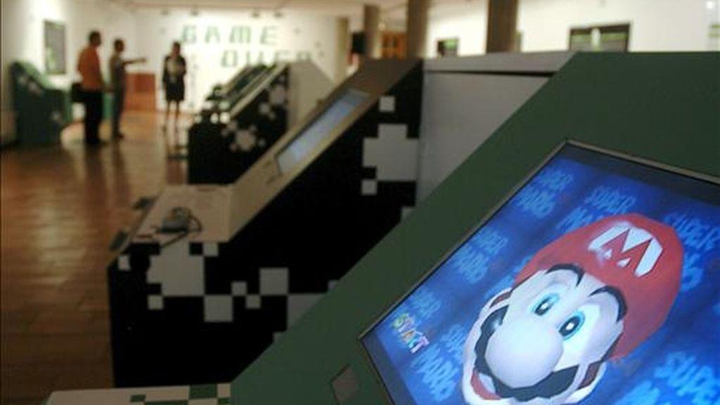 """Cuatro nuevas aventuras del fontanero Mario Bros llegarán para los usuarios de Nintendo, """"Mario Galaxy 2"""" y """"Super Mariobros.wii"""", versión mejorada del clásico, para la consola Wii, mientras que """"Mario&Luigi"""" y """"Mario vs. Donkey Kong"""" saldrán en la portátil DS. EFE/Archivo"""