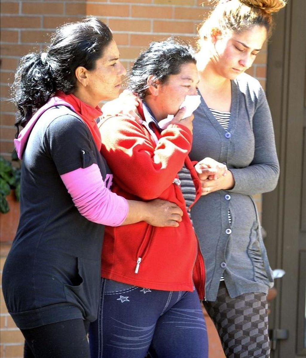 La madre del niño de seis años cuyo cadáver fue encontrado en la parte trasera de su edificio en Granada, tras caer desde el tercer piso de este bloque, es acompañada por familiares en el cementerio granadino de San José. EFE