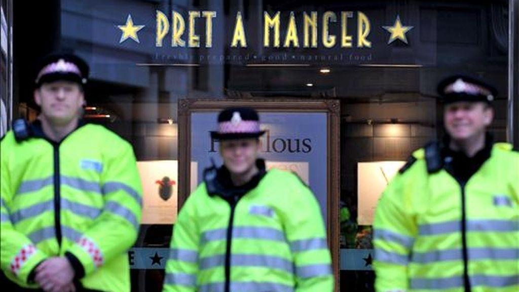 La policía permanece hoy alerta a las puertas del edificio de la Bolsa durante las protestas contra la Cumbre del G20, en el centro de Londres, Reino Unido. Las manifestaciones contra el sistema económico se sucedieron por segundo día consecutivo, coincidiendo la cumbre del G20 en Londres. EFE