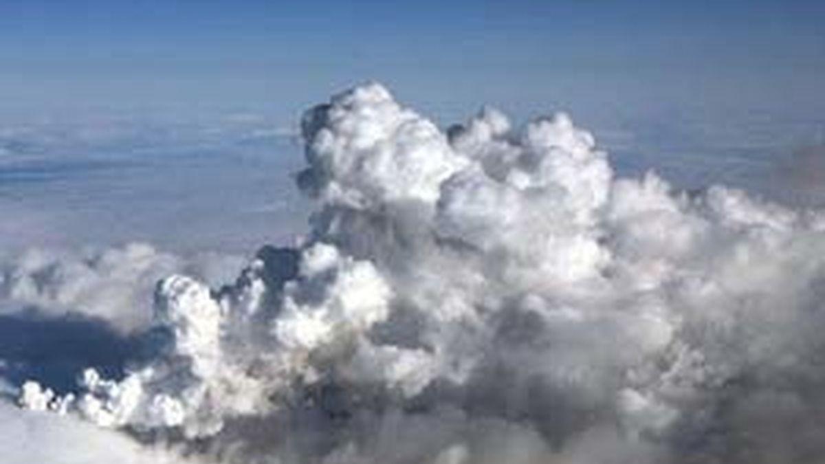 Fotografía facilitada por la Guardia Costera de Islandia que muestra una vista aérea de la nube de cenizas procedente de la erupción de un volcán subterráneo bajo el glaciar Eyjafjälla, al sur de Islandia, ayer, 14 de abril de 2010. EFE