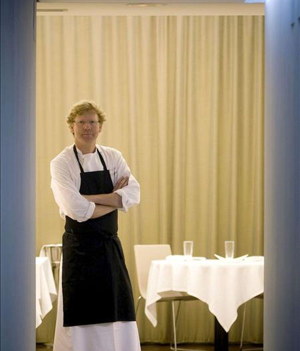 El cocinero alemán Bernd Knöller en su restaurante, Riff, es uno de los cocineros más reputados de Valencia, con una trayectoria profesional de 32 años de los que la mitad los ha desarrollado en esta capital, adónde llegó sin apenas nada más que una creatividad culinaria que ha desembocado en uno de los mayores reconocimientos gastronómicos. EFE/Kai Försterling
