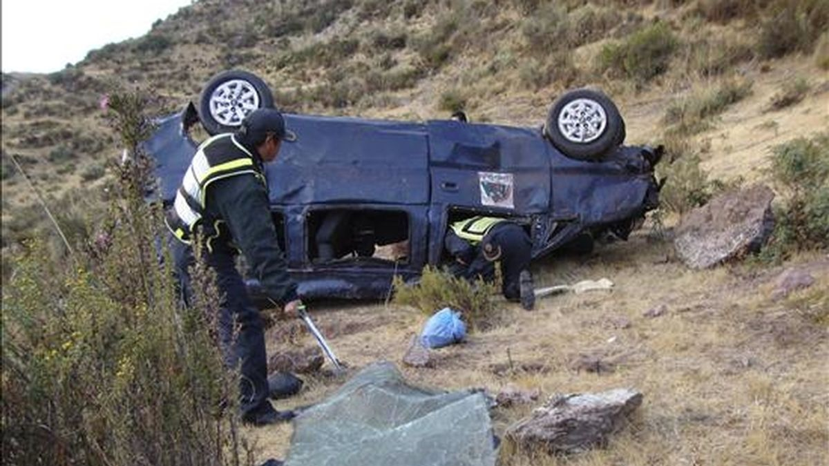 Estado en el que quedó la camioneta en la que viajaba el grupo de voluntarios españoles de los cuales murieron cuatro tras el accidente de este 6 de julio en la región de Cuzco (Perú). EFE/Archivo