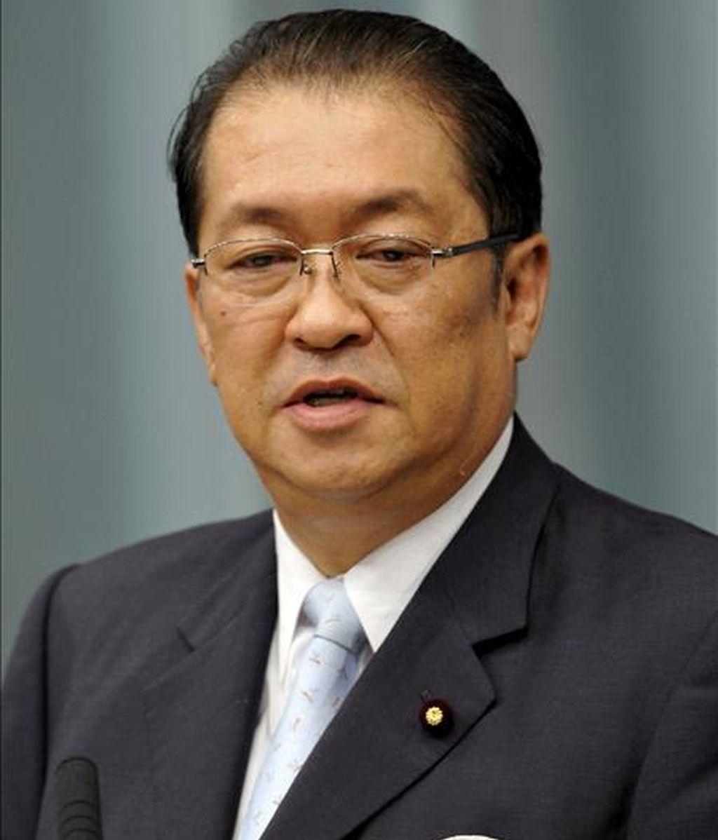 Fotografía tomada el 24 de septiembre de 2008 que muestra al ministro japonés de Asuntos Internos y Comunicaciones, Kunio Hatoyama, hablando durante una conferencia de prensa después de su nombramiento como ministro. Hatoyama renunció hoy, 12 de junio, por su desacuerdo con sus compañeros miembros del partido. EFE