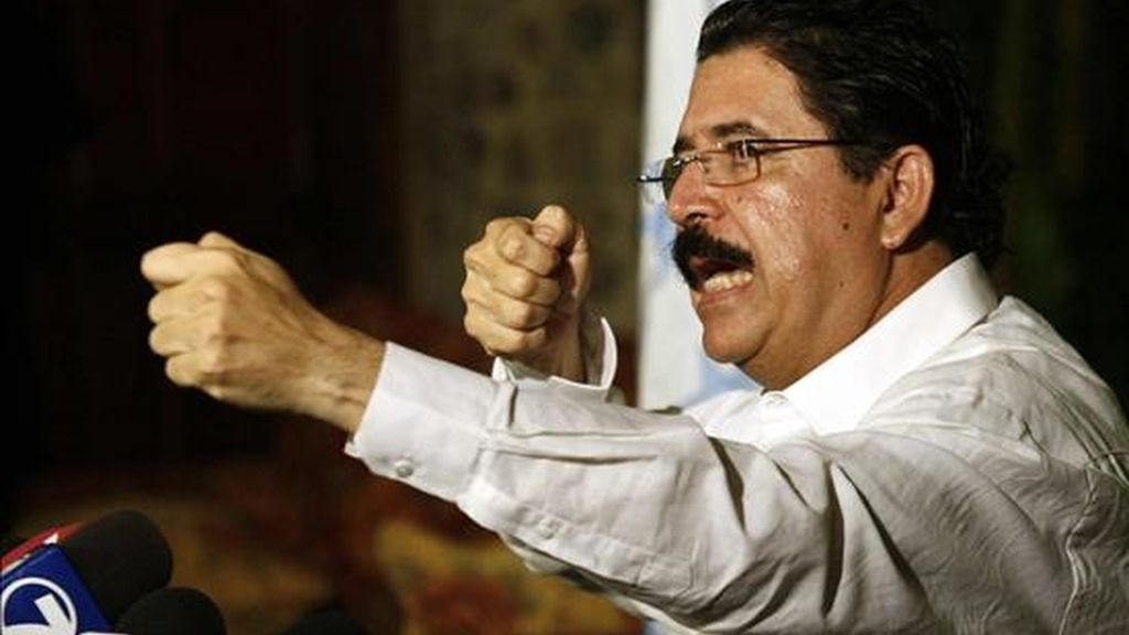 El presidente de Honduras, Manuel Zelaya, destituido por el Parlamento y enviado a la fuerza por los militares hondureños a Costa Rica, habla durante una rueda de prensa en San José (Costa Rica), antes de partir de este país rumbo a Managua en un avión enviado expresamente por el gobierno venezolano. EFE