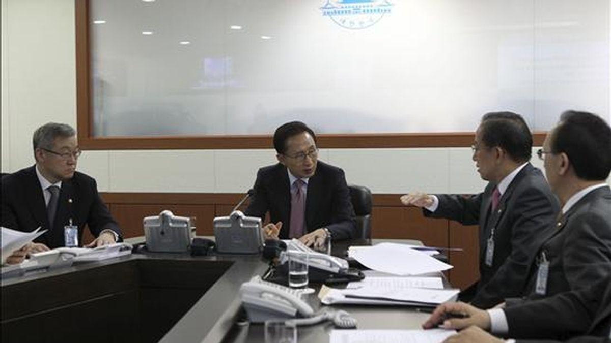 El presidente de Corea del Sur, Lee Myung-bak (c), escucha hoy un informe del ministro surcoreano de Defensa, Kim Tae- young (2-d) en la casa presidencial Cheong Wa Dae de Seúl, Corea del Sur. EFE/Yonhap