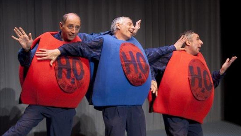 """El grupo teatral Vol-Ras celebra su 30º aniversario con un nuevo espectáculo, """"SGAG (Sociedad General de Aguas Globales)"""", un montaje que hoy ha presentado en el Teatro Nacional de Cataluña (TNC) y en el que continúa explorando el teatro gestual, el lenguaje del cuerpo y el humor. EFE"""